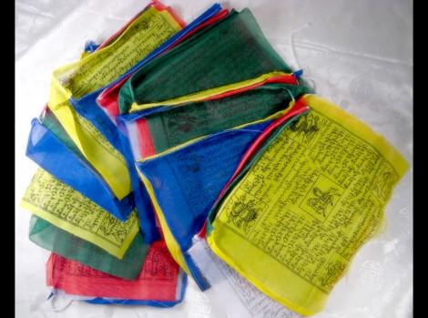 dp01-drapeaux-de-prieres-tibetains-guirlande-de-drapeaux-tibetains-deco-nepal-deco-tibet-deco-ethnique