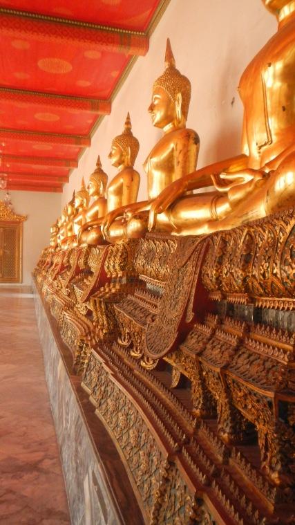 Une armée de bouddha doré